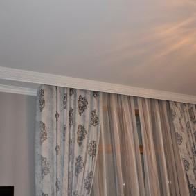 Белый карниз под потолком в зале