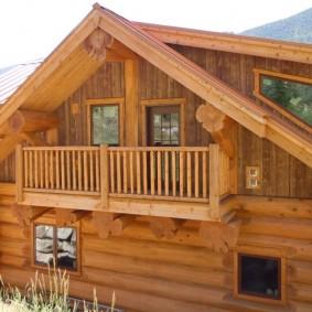 Срубовой дом с балконом в мансарде