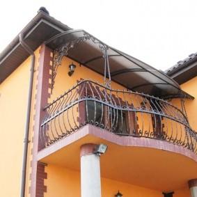 Металлические перила на балконе загородного дома
