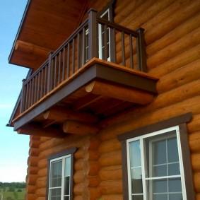 Консольный балкон в доме из бревен