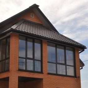 Закрытый балкон в кирпичном доме