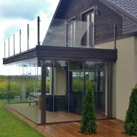 Открытый балкон с прозрачным ограждением