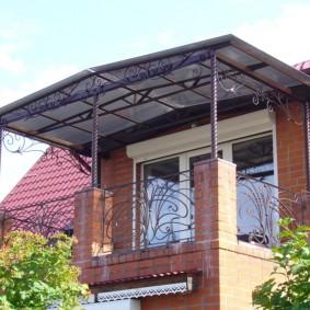 Козырек из сотового поликарбоната над балконом