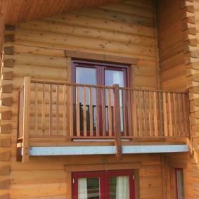 Небольшой балкон с деревянными перилами