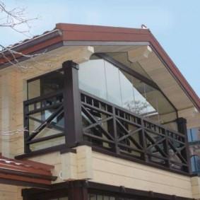 Красивый балкон на загородном коттедже