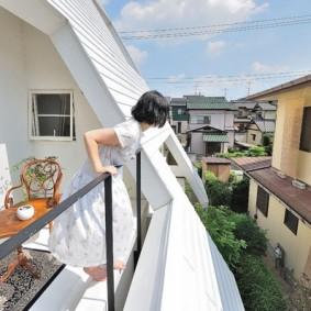 Открытый балкон в крыше своего дома