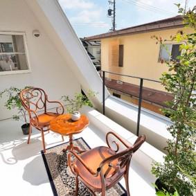 Садовая мебель на балконе частного дома