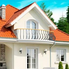 Красивый балкон с металлическим ограждением