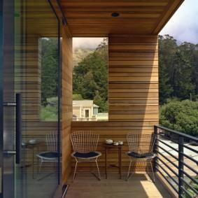 Отделка деревом стен на открытом балконе