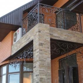 Пристроенный балкон на бетонной опоре
