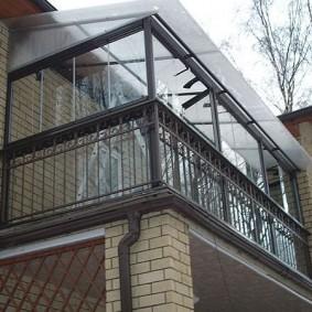Крыша из поликарбоната на балконе в доме