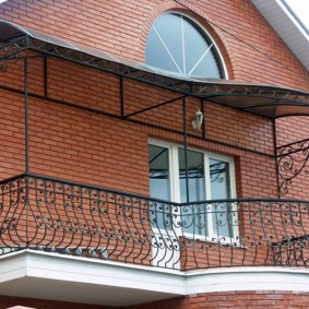 Балкон с бетонной плитой в кирпичном доме