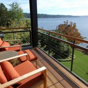 Мягкие кресла на балконе с живописным видом