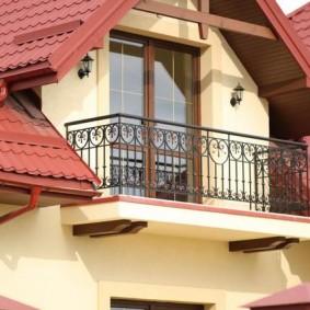 Маленький балкон в доме с мансардой