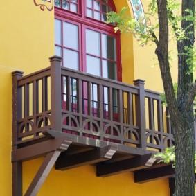 Деревянный балкон коричневого цвета