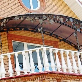 Бетонные перила на классическом балконе