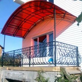 Навес из поликарбоната над балконом в доме