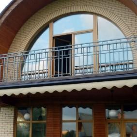 Арочное окно на фасаде частного дома