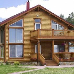 Деревянный дом с высокими окнами