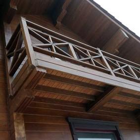 Вид снизу на деревянный балкон