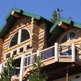 Деревенский дом из оцилиндрованного бревна