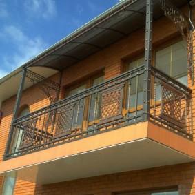 Кованый балкон на бетонной плите