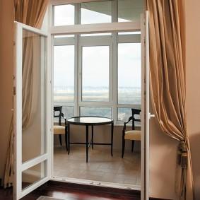 Распашные ПВХ-двери между лоджией и гостиной