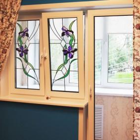 Пестрые занавески на окне с витражами