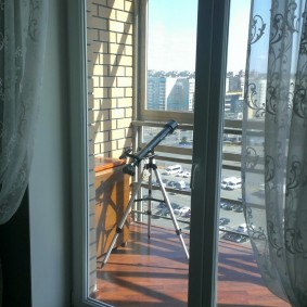 Раздвижные двери на балконе городской квартиры