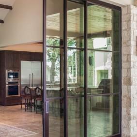 Сдвижные двери на алюминиевом каркасе
