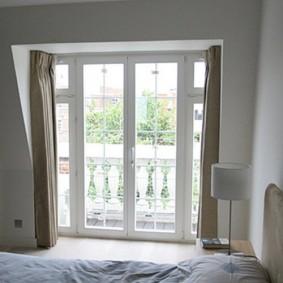 Французские окна в спальной комнате