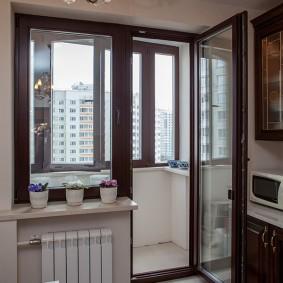 Балконный блок с коричневыми рамами