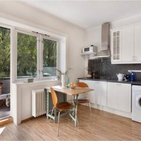 Балконный блок с французскими окнами в просторной кухне