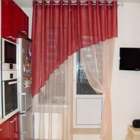 Красные шторы на кухне в квартире