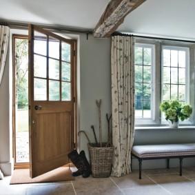 Светлые занавески на окнах прихожей в частном доме
