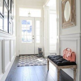 Дамская сумочка на лавочке в коридоре