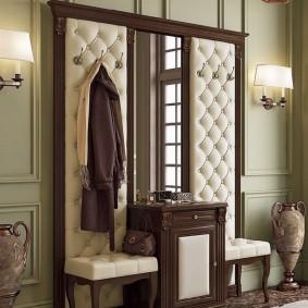 Мебель с каретной стяжкой в прихожей комнате