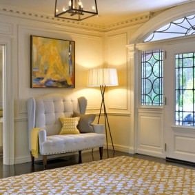 Шикарная банкетка с высокой спинкой в холле частного дома