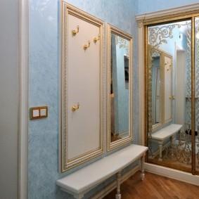 Встроенный шкаф-купе с зеркальными створками