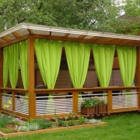 Светло-зеленые шторы в летней беседке