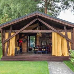 Двускатная крыша на садовой беседке
