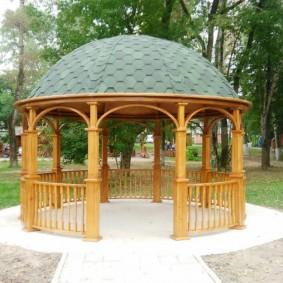 Купольная крыша на беседке с деревянными опорами