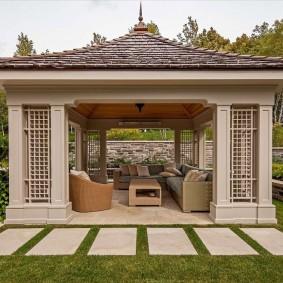 Прямоугольная беседка в саду восточного стиля