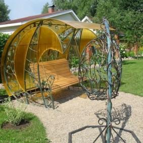 Садовые качели с навесом из поликарбоната