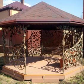 Садовая беседка с элементами ручной ковки