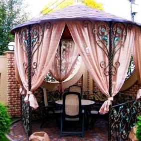 Декор шторами садовой беседки