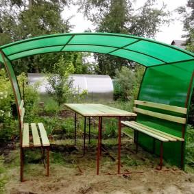 Зеленый поликарбонат на садовой беседке