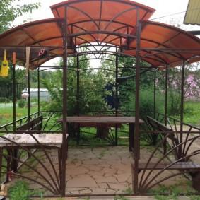 Многоскатная крыша на садовой беседке