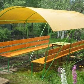 Деревянные сидения на металлических скамейках