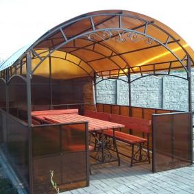 Металлическая беседка с крышей из поликарбоната